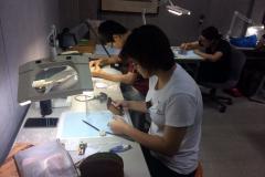 系學生與日本博士生進行文物測繪工作