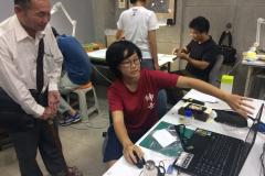 本系學生向林永村先生展示工作進度