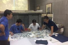 盧老師與日本學者對青花瓷破片進行分類